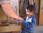 verteilung von schulsachen an kinder im Patrouillengebiet rund um kabul